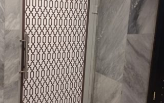 מדבקות-חיפוי-במדבקה-דלת-מלון-נתניה